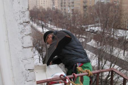 Монтаж наружного блока с альпинистом. Высотные работы